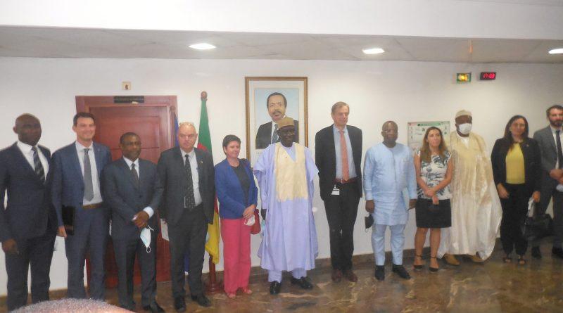 Alamine Ousmane Mey et Philippe Van Damme (ac), accompagnés de leurs proches collaborateurs.